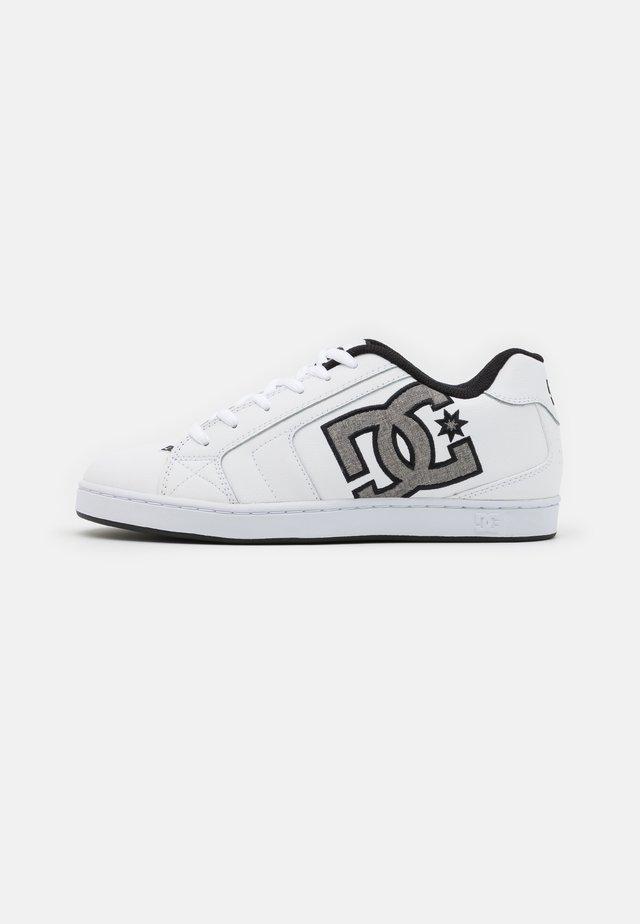 NET UNISEX - Skate shoes - white/battleship