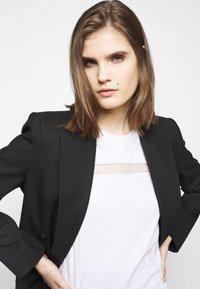 Elisabetta Franchi - T-shirts med print - gesso - 3
