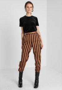 KIOMI - Print T-shirt - black/black - 1