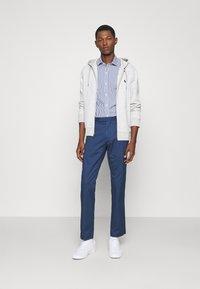 Polo Ralph Lauren - STRETCH SLIM FIT COTTON CHINO - Pantalon classique - rustic navy - 1