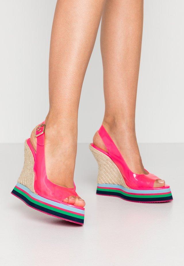 Sandały na platformie - fucsia