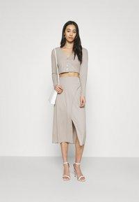 Fashion Union - Pouzdrová sukně - taupe - 1