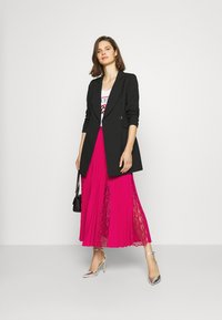 Guess - LUISA SKIRT - Pleated skirt - shocking pink - 1