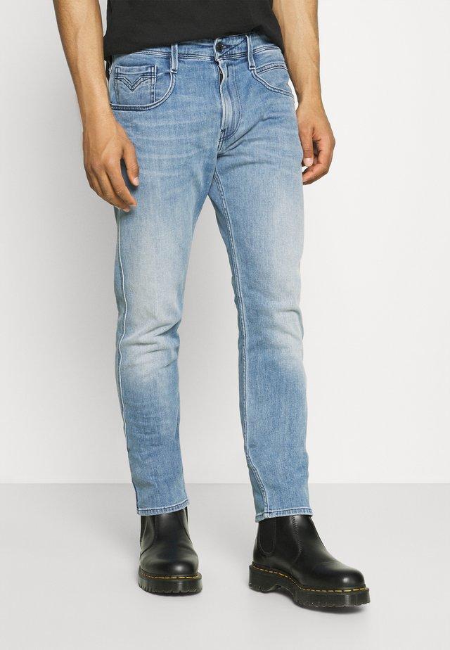 ANBASS - Jeans a sigaretta - medium blue