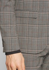 Isaac Dewhirst - CHECK SUIT - Costume - light brown - 6