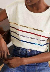 Boden - ROBYN  - Print T-shirt - regenbogen-folienstreifen - 3