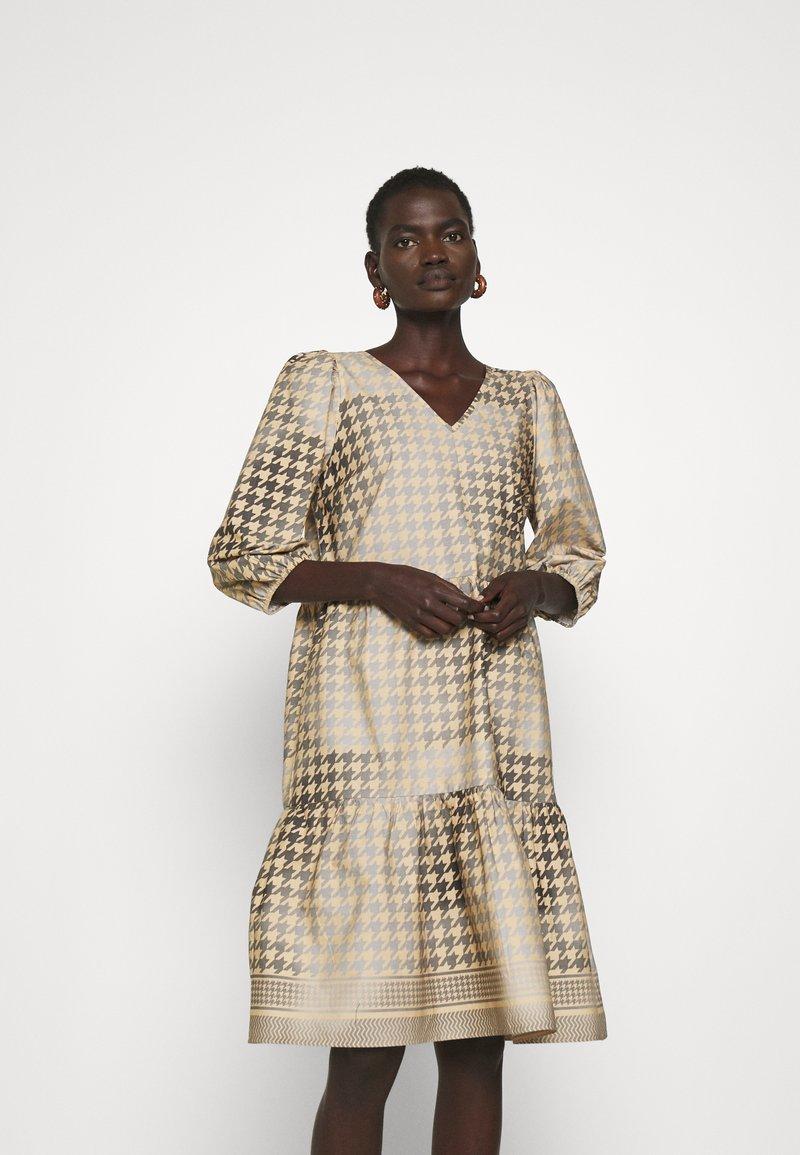 CECILIE copenhagen - RUBY SHORT DRESS - Denní šaty - frost grey