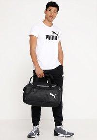 Puma - FUNDAMENTALS BAG - Torba sportowa - black - 1