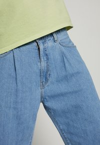 Levi's® - STAY LOOSE PLEATED CROP - Jeans baggy - light indigo - 4