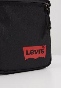 Levi's® - MINI CROSSBODY SOLID BATWING - Taška spříčným popruhem - regular black - 2