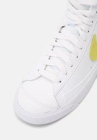 Nike Sportswear - BLAZER MID '77 - Zapatillas altas - white/light zitron/glacier blue - 6