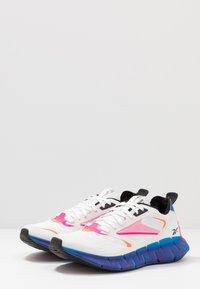 Reebok Classic - ZIG KINETICA HORIZON - Sneakersy niskie - white/vector blue/proud pink - 2