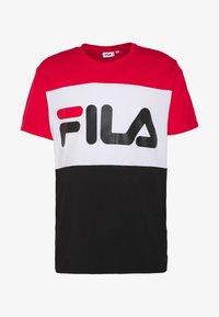 DAY TEE - T-shirt z nadrukiem - true red-black-bright white