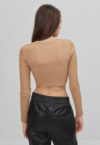 Bershka - MIT PATENT - T-shirt à manches longues - beige - 2