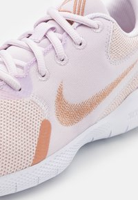 Nike Performance - FLEX EXPERIENCE - Juoksukenkä/neutraalit - champagne/metallic red bronze/light violet/white - 5