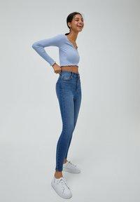 PULL&BEAR - MIT HOHEM BUND - Jeans Skinny Fit - light blue - 1