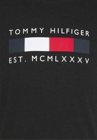 Tommy Hilfiger - LOGO BOX STRIPE TEE - T-shirt z nadrukiem - black - 5