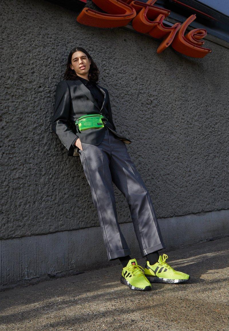 adidas Originals - ZX 2K BOOST UNISEX - Tenisky - acid yellow/core black/footwear white
