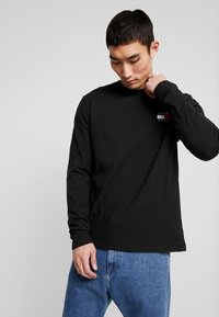 Tommy Jeans - BADGE LONGSLEEVE TEE - T-shirt à manches longues - black - 3
