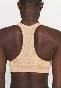 Casall - ICONIC SPORTS BRA - Medium support sports bra - clean beige - 4