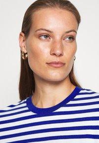 ARKET - T-shirts med print - blue bright - 4