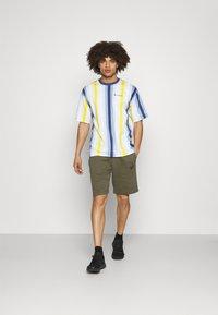 Champion - T-shirts print - blue/yellow - 1