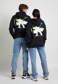 Calvin Klein Jeans - GRAPHIC HOODIE UNISEX - Sweatshirt - black - 4