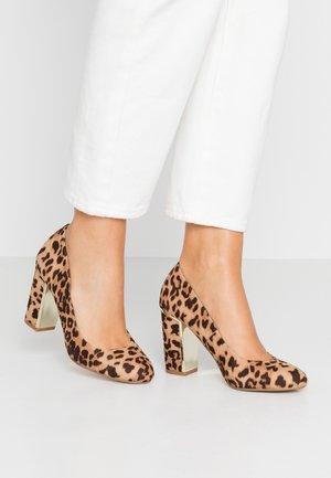 EVIE METAL INSERT BLOCK COURT - Zapatos altos - brown