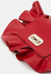 Red V - RUFFLE SHOULDER - Taška spříčným popruhem - red kiss - 5