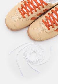 adidas Originals - GAZELLE UNISEX - Baskets basses - hazy beige/fox orange - 7