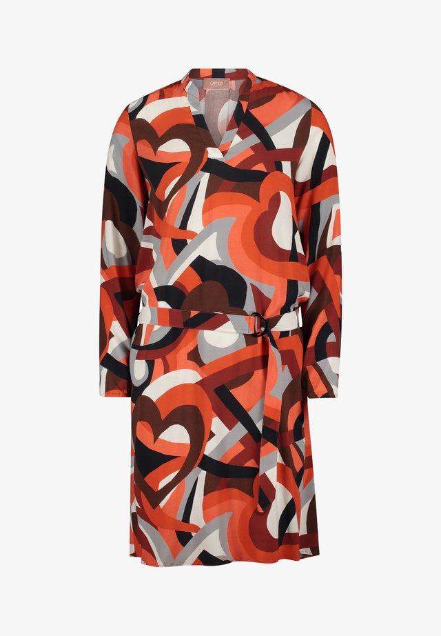 MIT MUSTER - Korte jurk - rot/grau