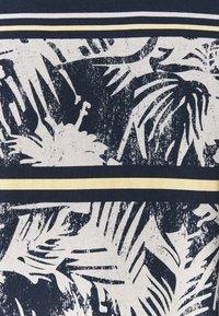 Jack & Jones - JORSUNNYS TEE CREW NECK - T-shirt med print - navy blazer - 2