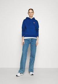 Tommy Jeans - BADGE HOODIE - Bluza z kapturem - providence blue - 1