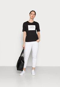 Tommy Hilfiger - REGULARBOX - T-shirt z nadrukiem - black - 1