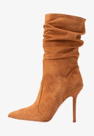 MARYLIN - Boots med høye hæler - tan