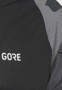 Gore Wear - TRAIL - Print T-shirt - black/dark graphite grey - 2