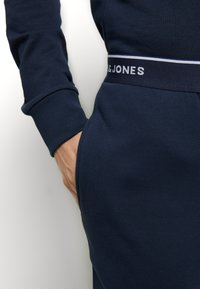 Jack & Jones - JACLOUNGE SET - Pyjamas - navy blazer - 8
