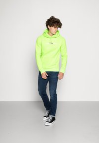 Tommy Jeans - NEON SMALL LOGO HOODIE - Huppari - green geco - 1