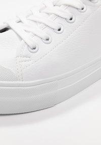 Vero Moda - VMSIMONE - Sneakers laag - snow white - 2