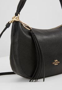 Coach - PEBBLE SUTTON CROSSBODY - Torebka - black - 5