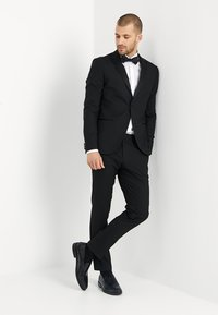 Isaac Dewhirst - BASIC PLAIN BLACK TUX SUIT SLIM FIT - Traje - black - 1