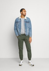 Redefined Rebel - TOBY PANTS - Trousers - thyme - 1