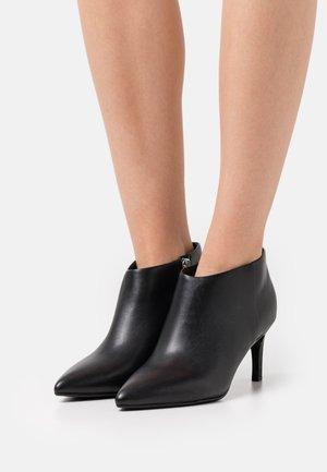 ESSENTIAL  - Kotníkové boty - black