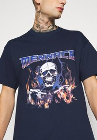 Mennace - HALF BLEACH FLAME SKULL - T-shirt con stampa - blue - 5