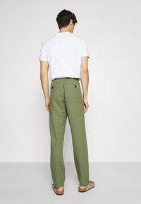 Anerkjendt - AKJOHN PANT - Trousers - olivine - 2