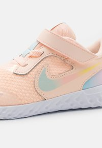 Nike Performance - REVOLUTION 5 SE UNISEX - Neutral running shoes - crimson tint/multicolor/glacier blue/white - 5