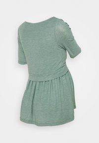 MAMALICIOUS - NURSING MLANABEL - T-shirts - chinois green - 1