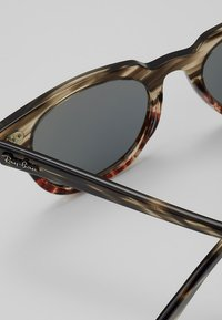 Ray-Ban - METEOR - Sluneční brýle - grey/gradient brown - 5