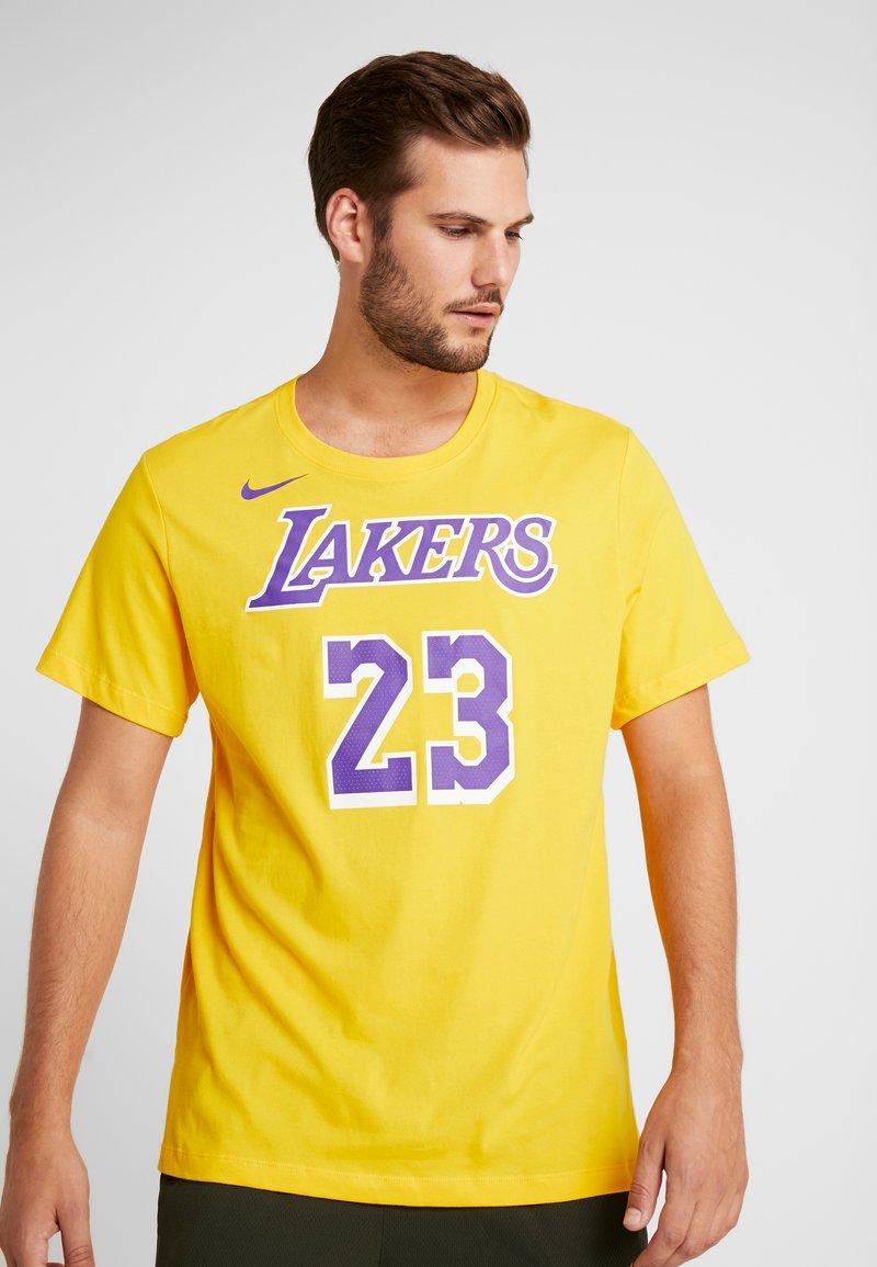 Nike Performance - NBA LA LAKERS LEBRON JAMES NAME NUMBER TEE - Equipación de clubes - amarillo