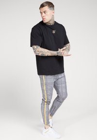 SIKSILK - FITTED SMART TAPE JOGGER PANT - Trousers - grey/yellow - 1